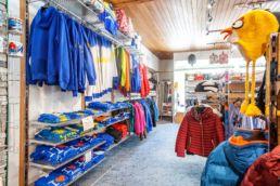 Arosa Souvenirs und Andenken aus Arosa Innenansicht des Arosershop in Innenarosa - Roy Zanin Schlittelkönig Souvenirshop Arosa