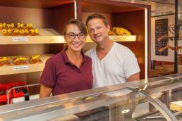 Portrait Bild von Sandra und Jürg Gadient im Cafe & Confiserie Gadients Gnuss Puur in Arosa mit Onlineshop